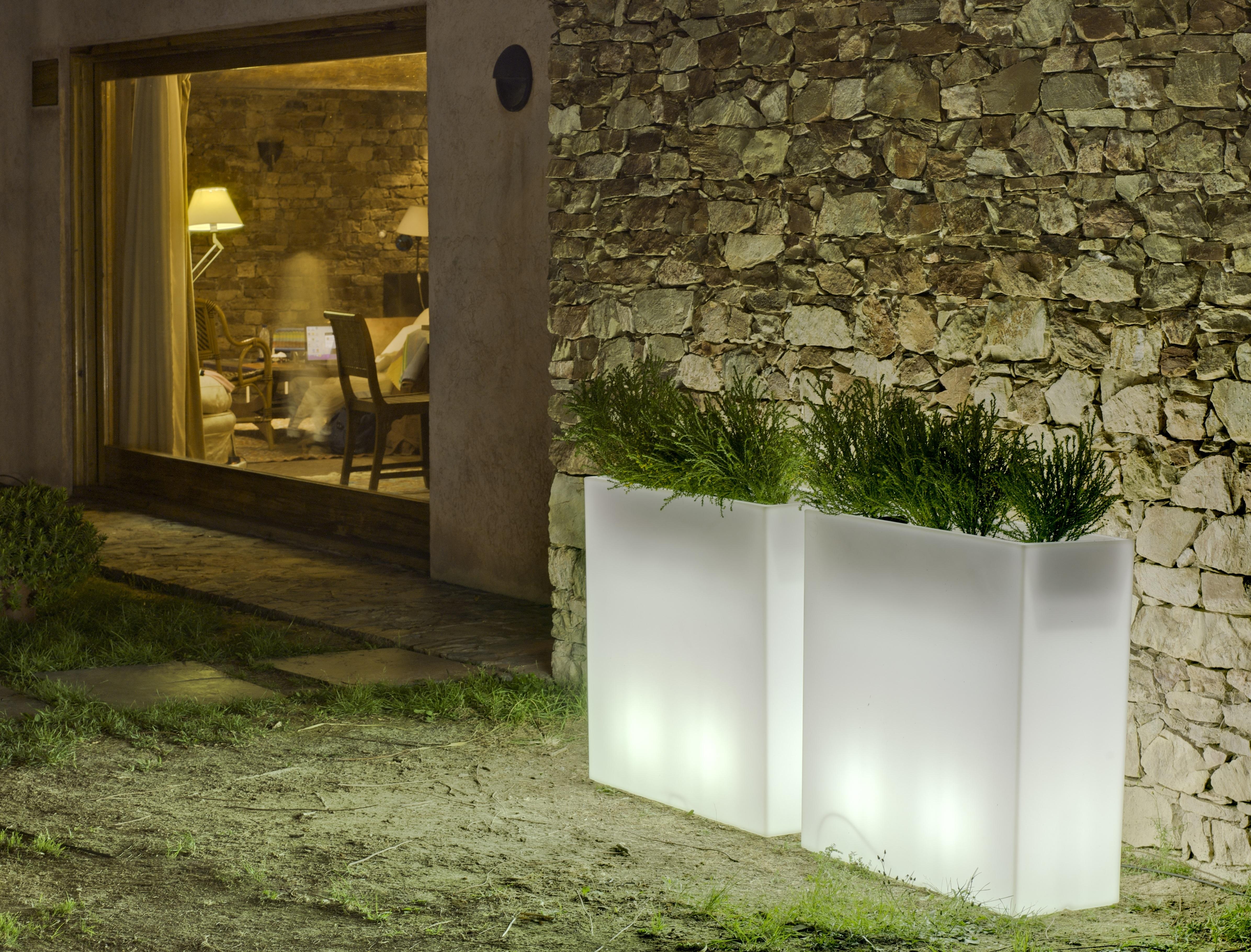 Maceteros iluminades newgarden elegancia y originalidad for Lamparas para jardineras